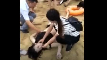 救生员奋力抢救, 美女最终还是没有醒来, 大自然太可怕了!