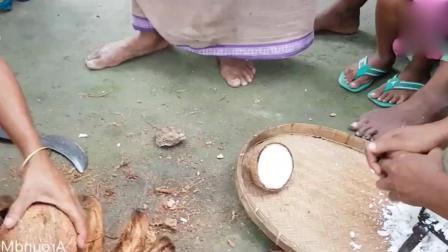 看印度女人怎么取椰蓉, 椰子汁都不喝, 打开直接倒掉