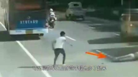 男子一家三口农村道路停车碰瓷, 狂扇司机耳光, 最后大快人心