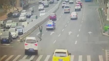 日本妇女说在中国的道路上学空翻很容易, 结果是真的