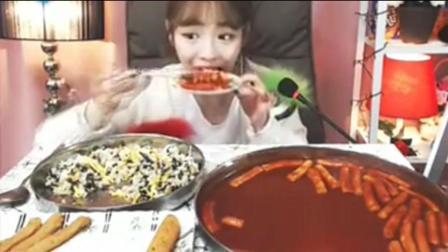 韩国美少女吃辣年糕、金枪鱼饭、芝士条和鱼饼, 怎么吃都不胖