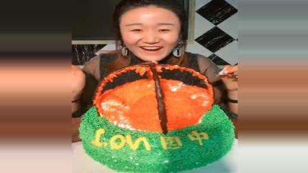 大姐做气球蛋糕, 不知道的人切得吓坏!