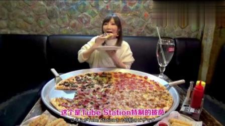日本大胃王木下吃亚洲最大的披萨, 配上青岛啤酒