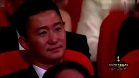 成龙要给吴京颁大奖, 洪金宝大哥突然上台, 这两位老大哥太逗了!