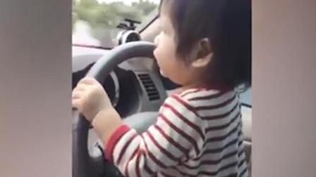 泰国男子让不满一岁女儿大街上开车, 网友: 你这是要我老命啊?