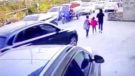 小女孩刚蹲下身, 身后的SUV就直接碾压了她, 还来得及吗?