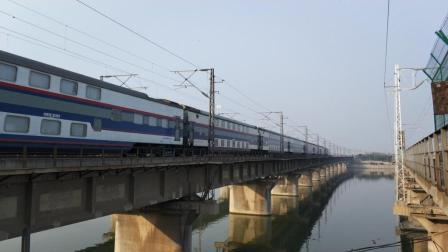 陇海铁路T7011次通过灞河铁路桥