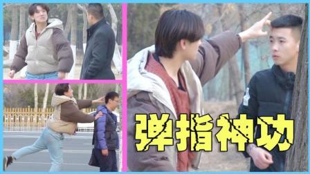 江湖小伙上街展示一指神功! 挑战路人最大底线!