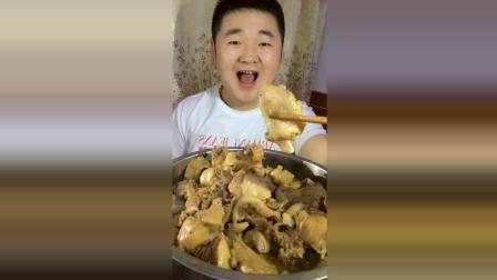 胖胖的小伙子顿顿饭都要吃肉, 难怪这么胖