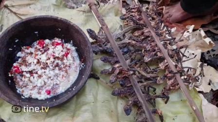 柬埔寨野外烤变色龙蘸蚂蚁酱吃, 鸡肉味嘎嘣脆!