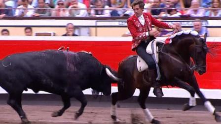 西班牙斗牛失控场面! 这只牛也太猛了