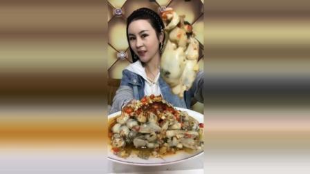 美女吃肥肥的生蚝, 这味道很顶很好吃啊, 你们爱吃吗