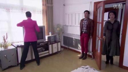 小叔上嫂子房间偷东西碰巧嫂子回来了女保姆帮小叔安全逃走