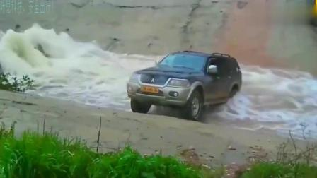 第一辆车一脚油门开过去了, 第二辆也模仿, 结果下一秒就悲剧了!