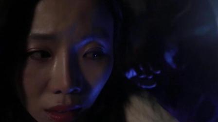 美女在野外半夜去树林上厕所, 看到这一幕, 吓得大声尖叫!