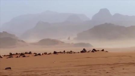 疑似金字塔型UFO在沙漠中穿行, 似乎在寻找着什么?
