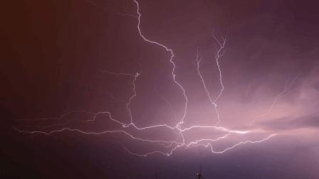 雷暴天气的夜晚 疑似UFO被闪电击中?