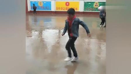 放学路上雨中跳鬼步舞的小学生!