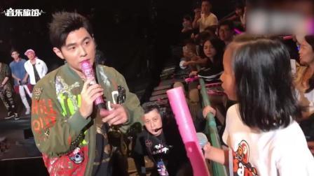 周杰伦香港演唱会和小女孩一起合唱《听妈妈的话》, 好贴心啊