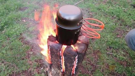 木头这样锯开后再烧, 比直接烧火力大10倍, 分分钟烧开一锅水