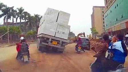 男子抬头发现大货车很不对劲, 一个小动作保住了自己的小命!