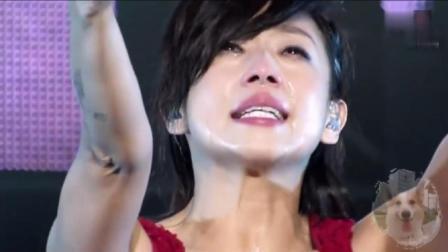 林忆莲演唱会献唱《至少还有你》几度哽咽, 是让她流泪?