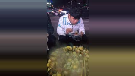 街边的美食毛蛋, 真的是很多人都爱吃这个