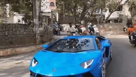 印度街头出现一辆兰博基尼, 看请后面的摩托车瞬间慌了!