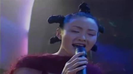 乡下姑娘破舞厅歌女看不起, 姑娘顶替她上台比他唱的还好听, 全场惊呆了!