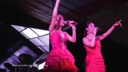 台湾夜场女歌手翻唱《我们不一样》, 这台腔太嗲了