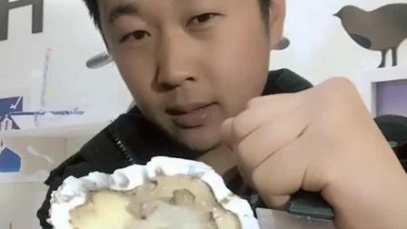 海边的大哥吃生蚝, 这么大的这辈子还是头次见!