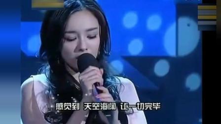 杨幂现场演唱《还过得去》声音太甜了! 谁还敢说她唱歌不好听!