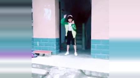 00后小萝莉跳社会摇, 网友: 没想到现在的小学生都这么会玩!