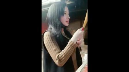 """潮汕网红""""姿记""""无生活来源, 点香求老爷保号"""