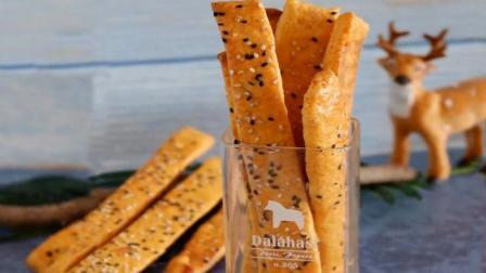 (红薯芝麻脆饼)香甜的红薯, 营养丰富。 把它做成小零食, 给家人做健康好吃的饼干