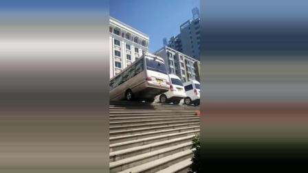 这位车主要逆天了吗? 停车位太小了, 每次停车都这样, 就服你.....