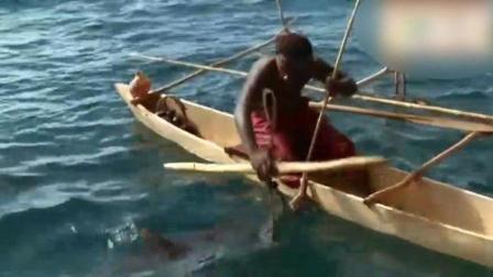 现实版老人与海, 一个老人一条破船一根小木棍就能制服一条鲨鱼, 看完视频才懂深意