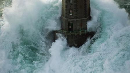 最危险的灯塔, 屹立在惊涛巨浪中, 守卫令人敬佩!