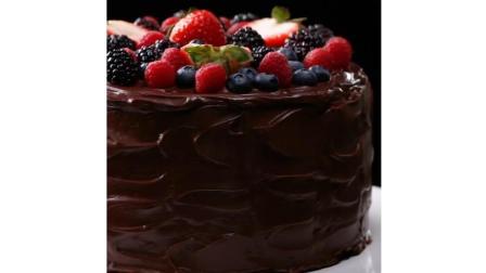 这就是为什么喜欢看烘培视频的原因, 简直不要太美啦~草莓蓝莓水果巧克力蛋糕制作过程