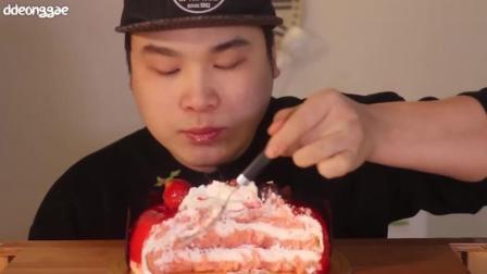 韩国小伙吃草莓蛋糕, 一口一大勺, 当饭吃能管饱