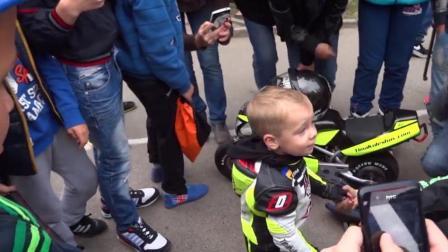 别人家的孩子, 年仅四岁的摩托车赛车手, 各种秀车技