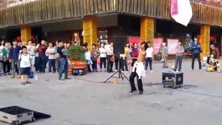 广州街头流浪歌手, 秒杀中国好声音, 被围的水泄不通, 人气爆棚了