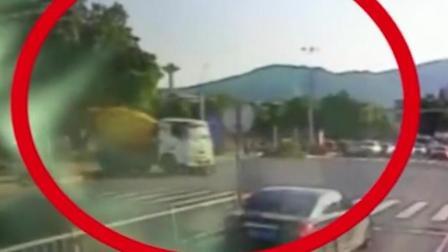 搅拌车与摩托车相撞 16岁男生当场死亡