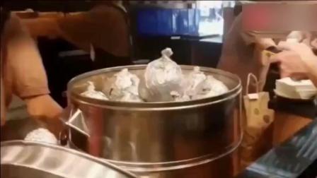 老外在中国餐馆吃饭, 还没坐稳就上菜了! 老外一下子看呆了!