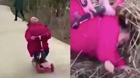 女童仰头玩童车 不料连人带车翻进田