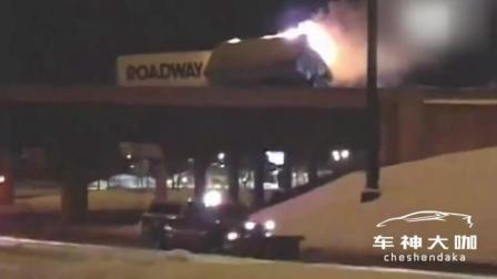 大货车坠桥真恐怖, 最可怜的是桥下的汽车和行人, 安全第一