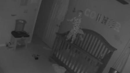 夫妻俩在宝宝房间装监视器 录下诡异画面