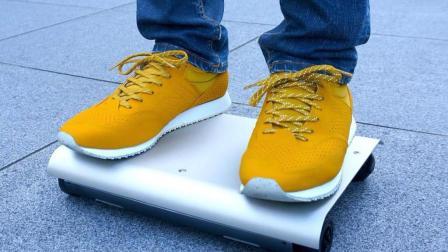 日本人发明世界最小汽车不用抢车位, 网友: 不是滑板?