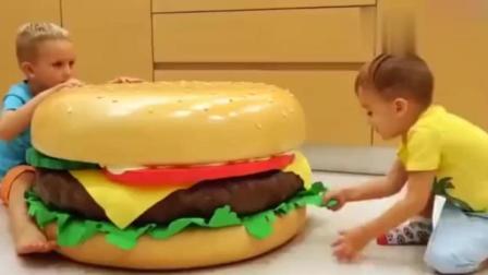 宝宝趣味游戏: 熊孩子用超大汉堡和薯条做汉堡屋, 真好玩