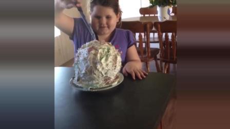 妈妈做气球蛋糕恶搞女儿, 萌娃惨中招, 一脸懵圈的看着蛋糕全飞了